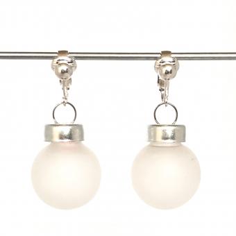 Clipoorbellen kerstbal klein glas wit mat halfdoorschijnend, hangoorbellen